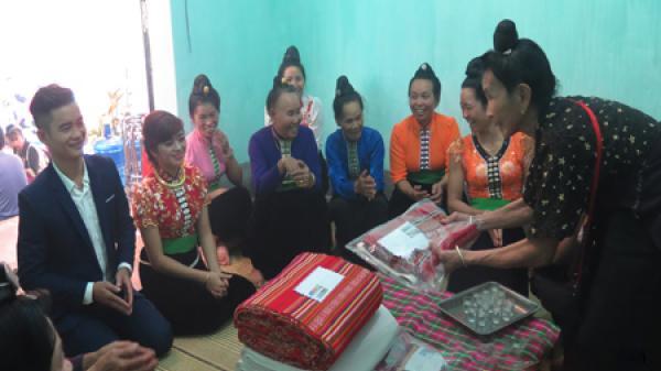 Nghi lễ tặng quà của cô dâu dành cho gia đình nhà chồng của người Thái đen Điện Biên