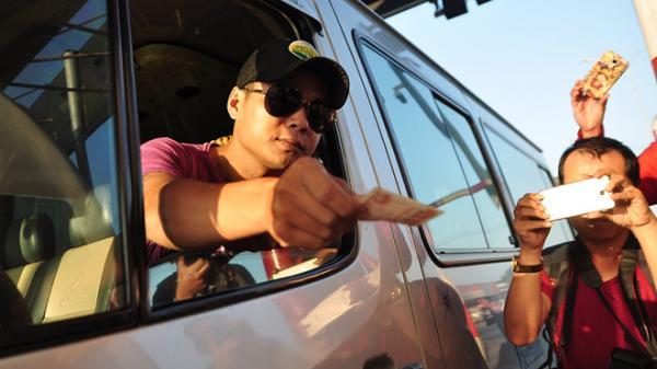Tài xế trả tiền lẻ đòi thối đúng 100 đồng khiến BOT tuyến tránh Biên Hòa ùn tắc lúc sáng sớm