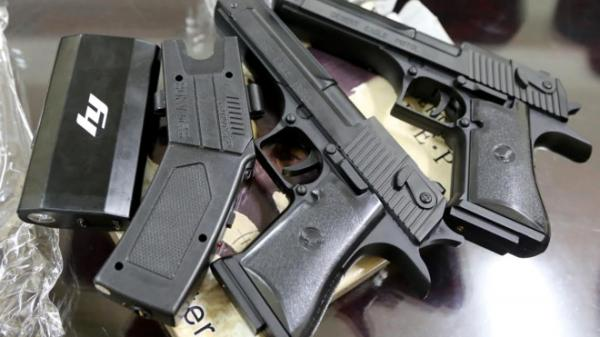 CSGT Đồng Nai chặn bắt xe khách chở dao, súng bắn điện