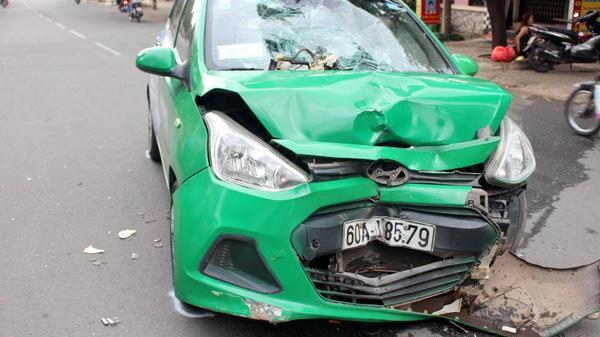 Xe máy tông taxi, 2 người nguy kịch