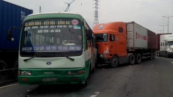 Container 'mất lái' tông hàng loạt ô tô, hành khách trên xe buýt hỗn loạn kêu cứu