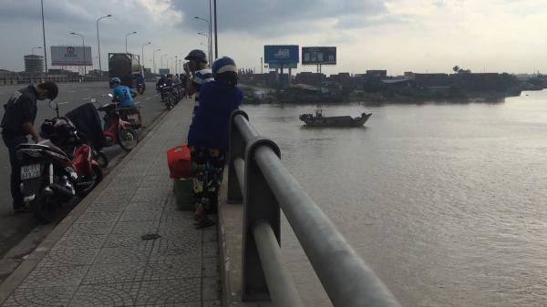 Thanh niên chạy xe máy lên cầu Đồng Nai rồi nhảy xuống sông
