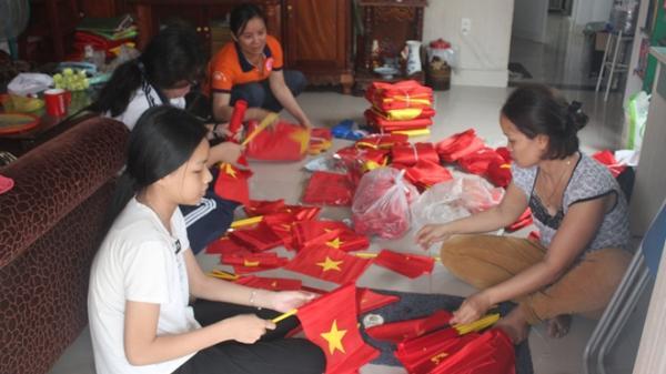 Biên Hòa: Thâu đêm sản xuất cờ để mừng chiến thắng của U23 Việt Nam
