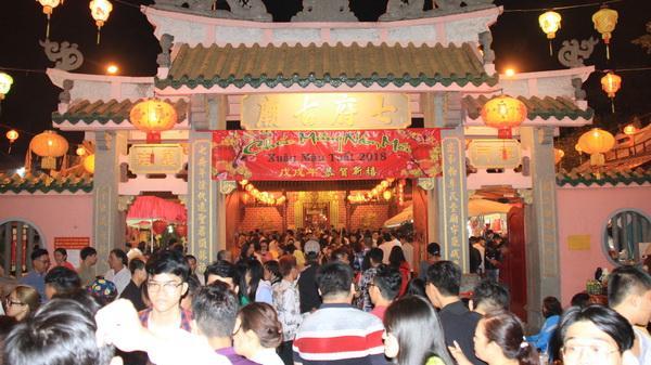 Đồng Nai: Hàng ngàn người dân cầu may tại các đình chùa đêm giao thừa