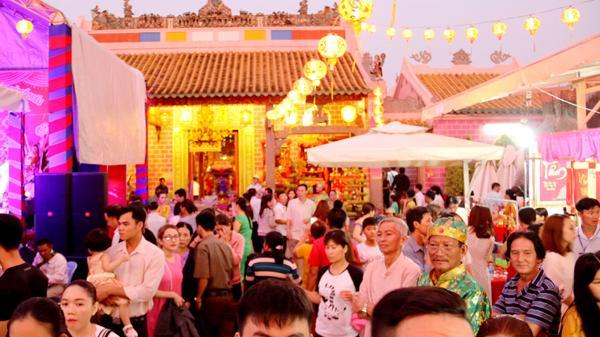 Đồng Nai: Người dân đổ về chùa Ông trong đêm khai hội