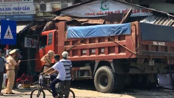 Đồng Nai: Xe ben lao sập nhà dân bên đường