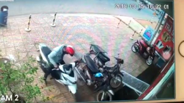 """Clip: Trộm táo tợn """"đổi xe"""" trước cửa hàng điện máy ở Đồng Nai"""
