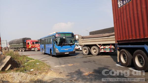 Hai vụ va chạm liên tiếp, xa lộ Hà Nội ùn tắc kéo dài