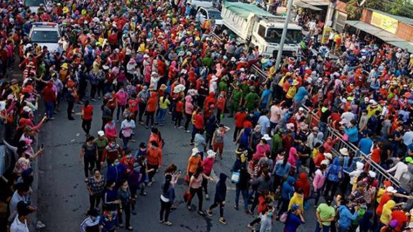Đồng Nai: Công nhân bỏ việc, đứng kín quốc lộ phản đối chính sách lương công ty