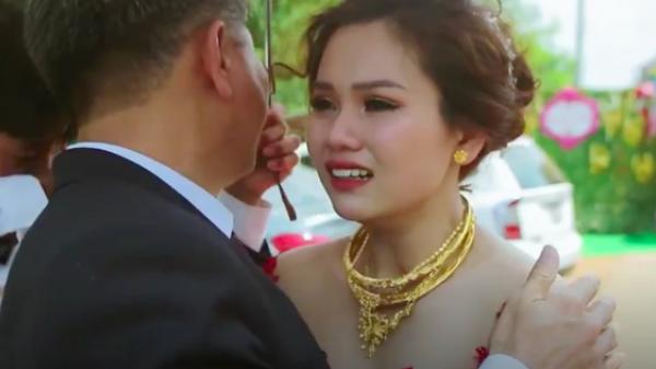 Clip xúc động: Cô dâu Đồng Nai mắt đỏ hoe, khóc nức nở khi phải tạm biệt cha về nhà chồng