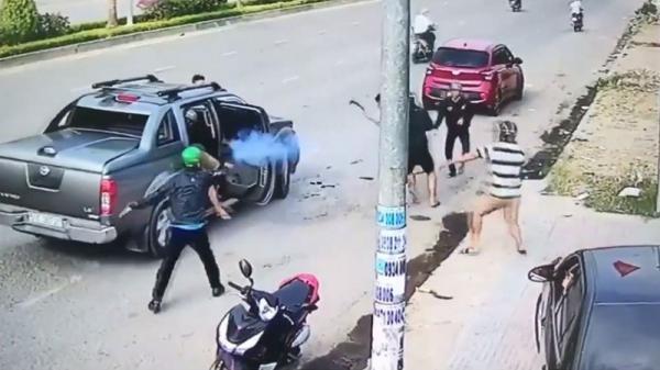 Clip: Đi ô tô dùng súng xử nhau kinh hoàng trên phố ở Đồng Nai