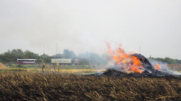 Vụ tông xe liên hoàn trên cao tốc Long Thành - Dầu Giây: Cảnh báo người dân đốt rơm