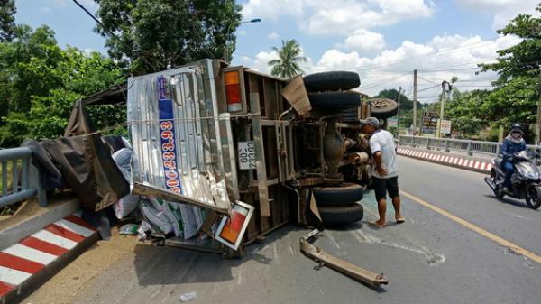Đồng Nai: Đập kính xe tải bị lật đưa tài xế đi cấp cứu