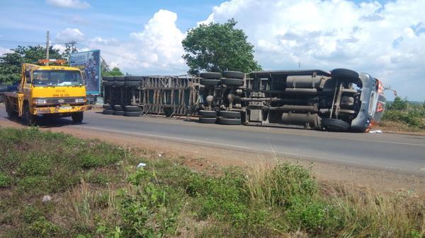 Đồng Nai: Container đè hai xe máy, hai người may mắn thoát chết