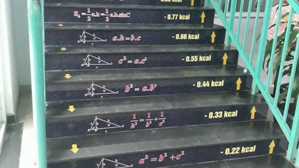 Dán hết công thức Toán lên cầu thang, trường học này ở Đồng Nai giúp học sinh vừa ôn luyện kiến thức hiệu quả vừa có một nơi check-in sống ảo cực chất