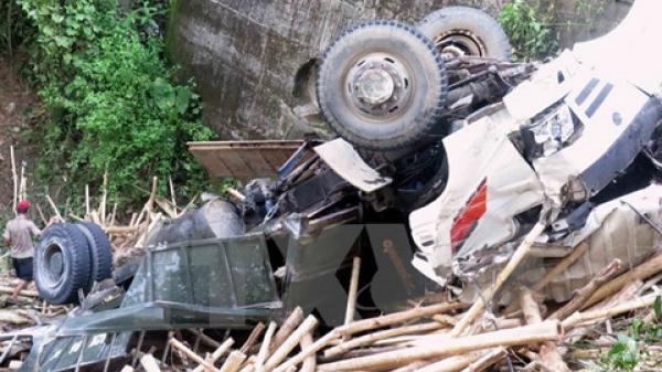 Đồng Nai: Xe tải tông xe hơi, 2 xe cùng lao xuống vực