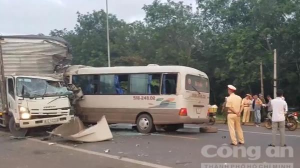 Đồng Nai: Xe khách tông trực diện xe tải, nhiều người bị thương