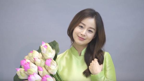 Kim Tae Hee nói 'Xin chào' và khoe bụng bầu trong áo dài truyền thống Việt Nam