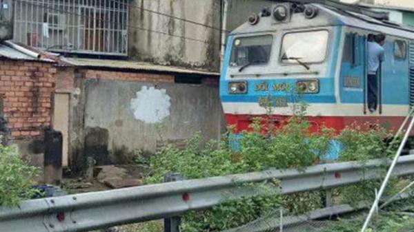 Gặp sự cố, tàu hỏa dừng giữa đường phố