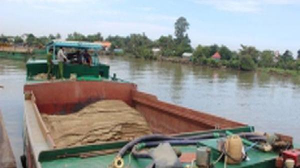 Bắt hai thuyền khai thác cát trái phép trên sông Đồng Nai