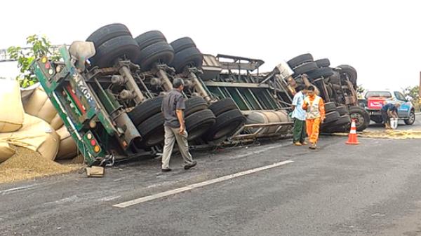 """Xe tải lật, gần 10 tấn cà phê nằm """"chình ình"""" trên cao tốc"""