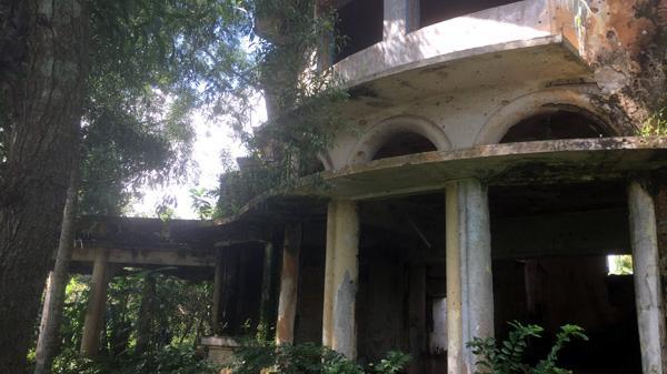 Cận cảnh bên trong biệt thự kiểu Pháp bị bỏ hoang hơn 40 năm ở Đồng Nai
