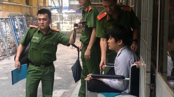Tiền Giang: Trộm xong hối hận trả lại tiền, ra tòa ngồi xe lăn khóc
