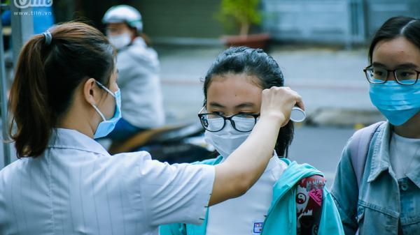 Cận cảnh quy trình đo thân nhiệt, sát khuẩn của HS lớp 12 ngày đầu trở lại trường sau 'kì nghỉ Tết lịch sử'