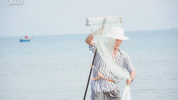 Phơi mình dưới nắng nóng, người dân Đà Nẵng cào ốc lễ kiếm thu nhập giữa mùa dịch