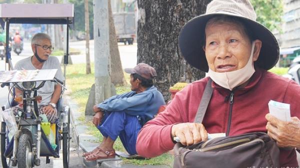 """Chuyện từ những tấm vé số cuối cùng trước giờ """"cách ly toàn xã hội"""" ở Sài Gòn: """"Mai dừng rồi, ngoại ở nhà không đi bán nữa mà gạo cũng hết rồi"""""""