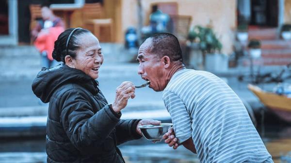 Mẹ già gần 60 năm chạy rong cho con ăn giữa cổ thị Hội An và câu chuyện chỉ ai làm mẹ mới thấm