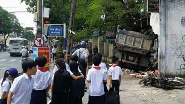 Đồng Nai: Kinh hãi xe ben tông thẳng vào trường tiểu học