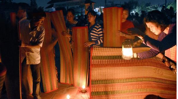 Đồng Tháp: Tái hiện phiên 'chợ ma' độc đáo ở làng nghề dệt chiếu đêm Định Yên