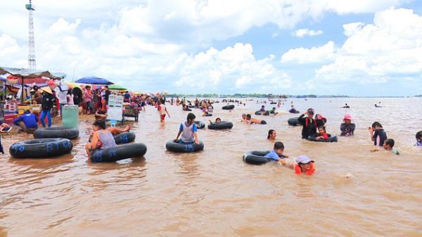 Bất ngờ lượng khác đổ về bãi cồn Long Khánh trong dịp Tết Mậu Tuất 2018
