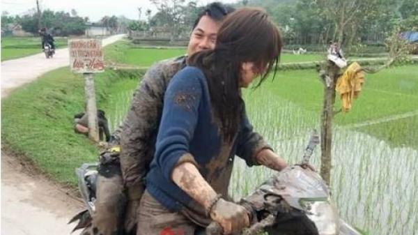 Nhờ bạn gái chạy xe máy, chàng trai nhận cái kết đắng khi tất cả cùng xuống ruộng tắm bùn