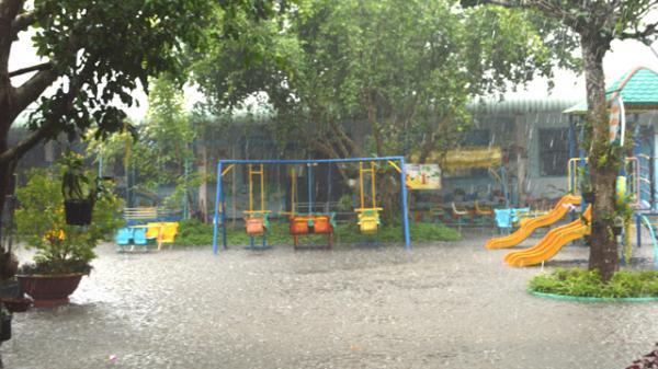 Đồng Tháp: Hoạt động nhà trường bị ảnh hưởng do mưa ngập sân trường