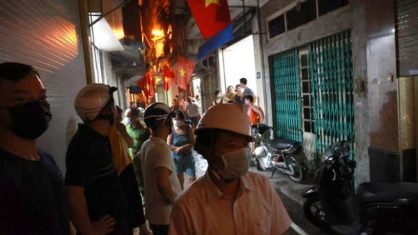 Cháy lớn nhà trong ngõ nhỏ phố Khâm Thiên, một người dân bị bỏng