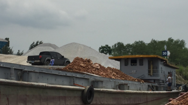 Quảng Ninh: Liên tiếp phát hiện và bắt giữ nhiều tàu chở đất lậu đang trên đường đưa đi tiêu thụ