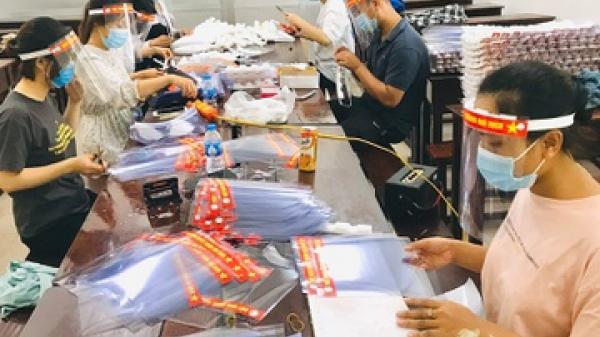 Làm 3.500 tấm chắn giọt bắn tặng cán bộ kiểm dịch ở Bắc Ninh