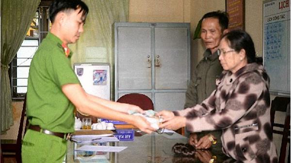 Gia Lai: Công an trao trả tài sản cho người phụ nữ bị cướp giật