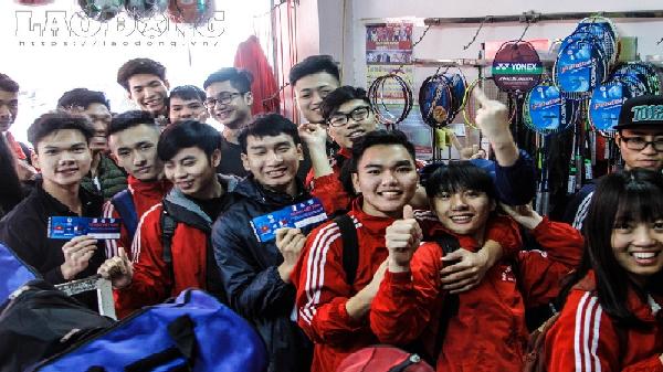 """Cổ động viên xếp hàng nhận áo """"cờ đỏ sao vàng"""" miễn phí cổ vũ U23 Việt Nam"""
