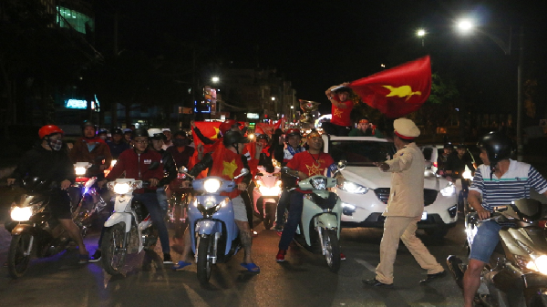 Gia Lai: Người dân phố núi tràn ra đường mừng chiến thắng của U23 Việt Nam