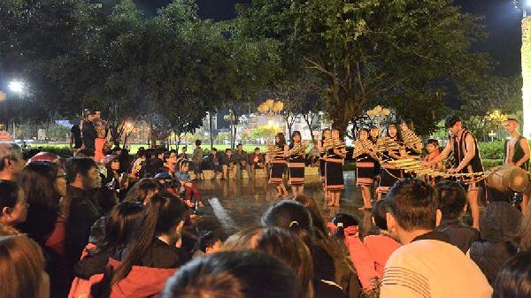 Gia Lai: Biểu diễn cồng chiêng phục vụ du khách tại Quảng trường Đại Đoàn Kết