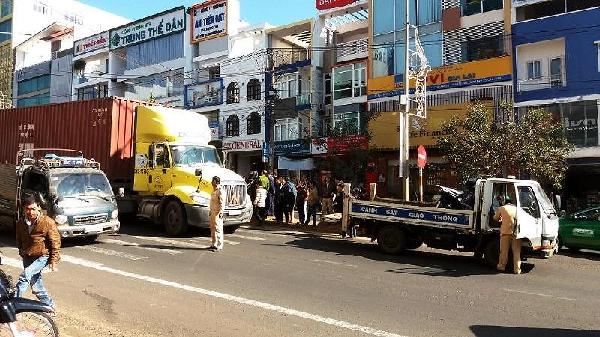 Gia Lai: Bị container tông lúc rạng sáng, nữ lao công nguy kịch