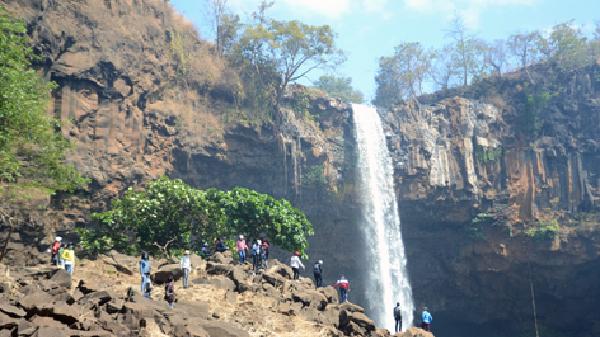 Người dân đổ về thác Phú Cường chơi Tết