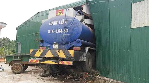 """Gia Lai: Xe bồn chở dầu """"húc"""" thủng nhà dân"""