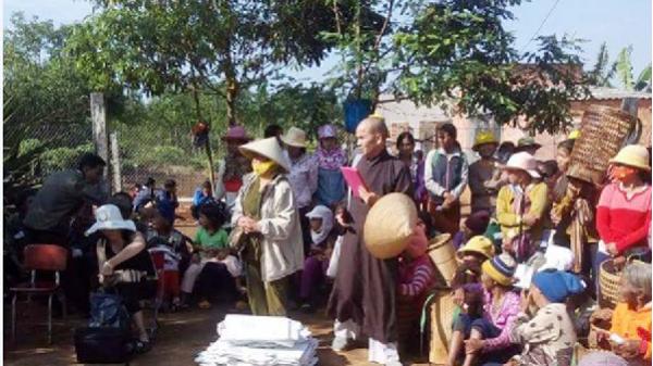 Tặng 200 suất quà cho hộ nghèo, bệnh nhân phong ở Ia Ka