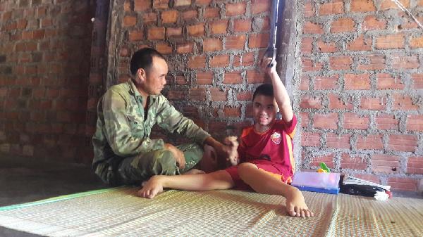 Gia Lai: Người cha rưng rưng nước mắt nhìn tay chân con co quắp lại từng ngày