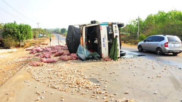 Kông Chro (Gia Lai): Lật xe chở mì khiến 3 người tử vong