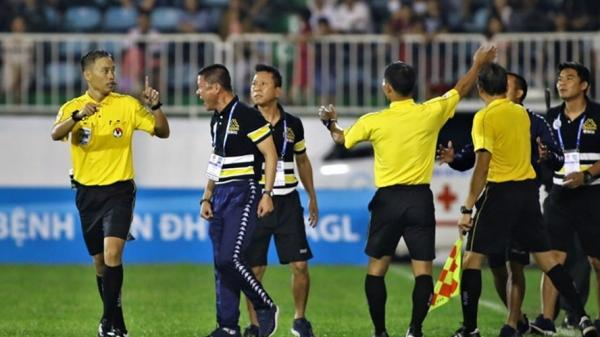 Nổi nóng ở sân Pleiku, HLV Chu Đình Nghiêm xin lỗi người hâm mộ